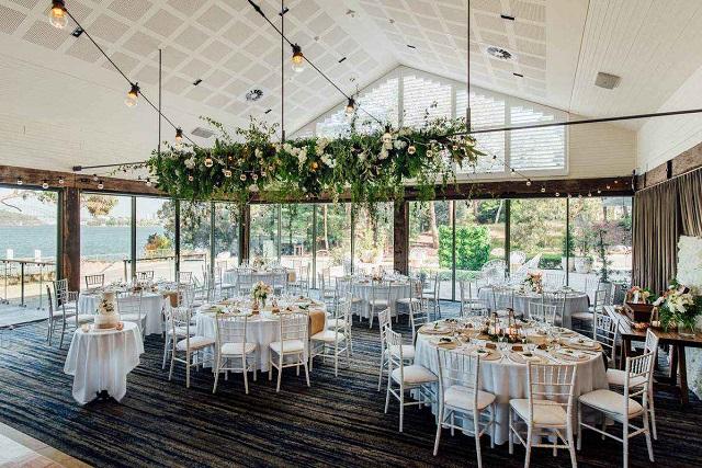 Mesa de boda con mantel blanco