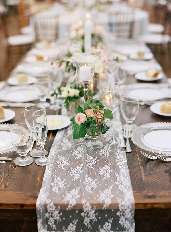 Mesa boda con camino de mesa de encaje